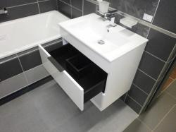 JIKA - Cube Skrinka s umývadlom, 640mmx422mmx607mm – skrinka, korpus biely, čelo zásuvky biele, držadlá čierne (H4536021763001), fotografie 12/8